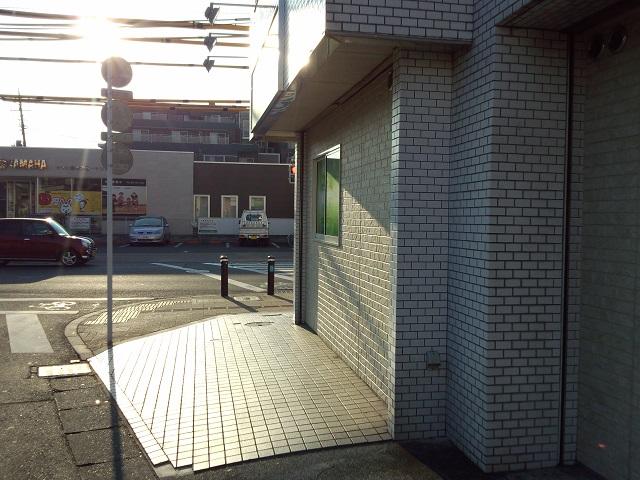 お店横には軽自動車の駐車が可能です